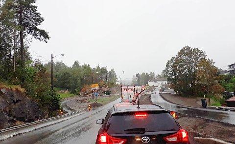 LANG KØ: Bilistene må ofte smøre seg med tålmodighet langs Røykenveien forbi Heggedal.
