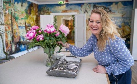 VIL SKAPE BADEHOTELLSTEMNING: Cecilie Husum overtok driften av Holmsbu bad og fjordhotell, byttet navn til badehotell og jobber nå målbevisst for å skape en god stemning på «badet» hele året.