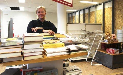 Endringer: Ina Larsen på Sandvina bokhandel bygger om bokhandelen sin. Jeg trenger ikke så mye plass som jeg har hatt. Men i praksis blir det omtrent like mye plass, sier hun. Foto: Lena Malnes
