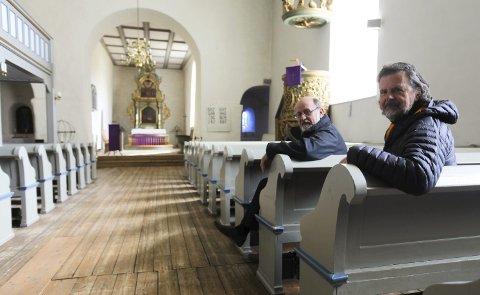 Mange tiltak: Disse gulvplankene i kirkeskipet skal fjernes og erstattes med nye. Arkitekt Knut Raastad (til venstre) har jobbet med planleggeingen av restaureringen sammen med kirkeverge Svein Beksrud. Alle foto: Lena Malnes
