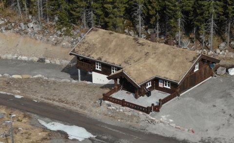 FÅR STRØM:  Denne hytta til Sande Sportsklubb skal nå få strøm fra solceller.
