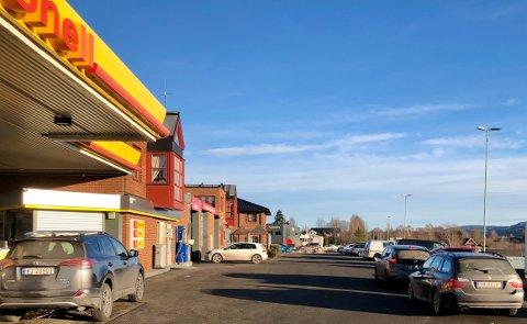 VASKEKØ: Det er mange som ønsker å få rene biler.