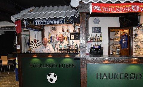 ØNSKER Å SELGE: Etter knappe tre år med drift har Tom Hermansen og Per Anders Andersen til gangs nådd målet de satte seg. I 2017 ble det minus i regnskapet, på grunn av utgifter til oppussing og innkjøp av varer. Men i 2018 gikk puben i pluss. I sommer ble puben nesten solgt.  FOTO: Vibeke Bjerkaas