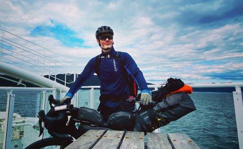 PÅ LANGTUR: Jarle Bruun reiser land og strand rundt med sykkel for kreftsaken i sommer. Til daglig jobber han på Institutt for Kreftforskning ved Oslo Universitetssykehus - Radiumhospitalet.