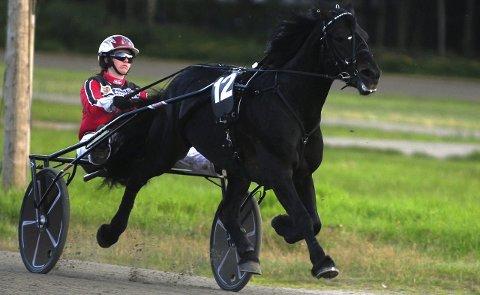 SEIER: Særpefanten vant på Klosterskogen mandag. Her er hedershesten i aksjon i et tidligere løp med Christina Kjenner som kusk.