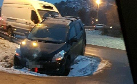 En bil endte tirsdag ettermiddag i grøfta ved 109-senteret.