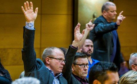 STÅR FORTSATT SAMMEN: KrFs bystyregruppe har fram til nå bestått av Ståle Solberg (t.v.) og Annar Hasle. Solberg har nå meldt seg ut av KrF, men i jernbanesaken står de fortsatt sammen understreker Hasle som sier at det går en smertegrense for flere i Sarpsborg KrF i forholdet til fylkespartiet. Bildet er fra avstemningen i jernbanesaken i det dramatiske bystyremøtet i desember 2016.