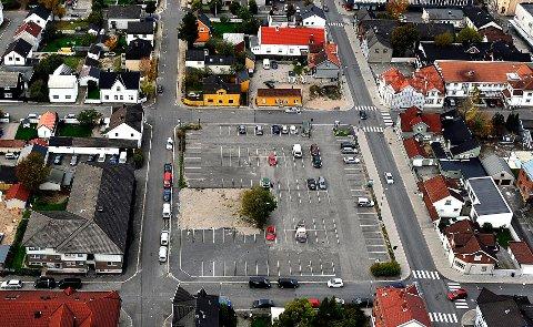 GRATIS: Parkeringsplassen i Kirkegata er blant de stedene hvor det blir mulig å parkere gratis i inntil to timer.