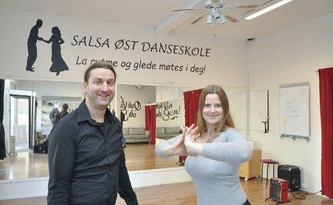 Velkomst: Knut Erik Skofsrud og Linn Rambøl satser på å gi folk en gøyal velkomst når de starter med revyteater.