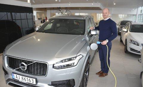 PLUG IN HYBRID: Hos Volvo-forhandleren Bilbutikk 1 i Askim er annenhver solgte bil hittil i år en hybrid. Daglig leder Ole Magnus Myhre Kjeve opplyser at spesielt plug in hybriden XC V 90 T8 (bildet) ble merkbart billigere etter avgiftsomleggingen ved nyttår.