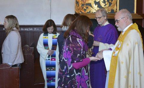 NATTVERD: Biskop Atle Sommerfeldt (t.h.) åpnet bispevisitasen med nattverdsgudstjeneste i Trøgstad kirke. Ved hans side står sogneprest Reidar Strand. I bakgrunnen ser vi trosopplærer Torunn Amlien Wethelund (t.v.)  og prost Elisabet Yrwing Guthus.