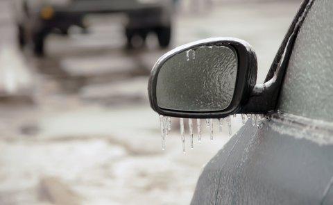 Hvis du sklir og faller et par ganger på vei til bilen, er det et tegn på at du bør la bilen stå, råder NAF.