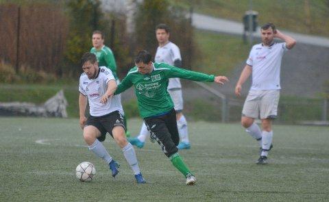 HAR BALLEN: Bortelaget har ballen, men hjemmelagets Christer Rakstad er ikke langt unna.