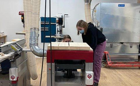 FLINKE: Linnea og Nanna jobber i elevbedriften de har skapt selv.