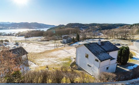 SJØNÆRT: Det er utsikt til Fisterfjorden frå eigedommen på Randøy i Hjelmeland.