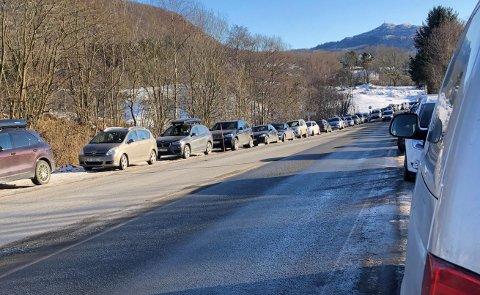 LITE PLASS: Folk måtte parkere på begge sider av veien for å komme seg til isen.