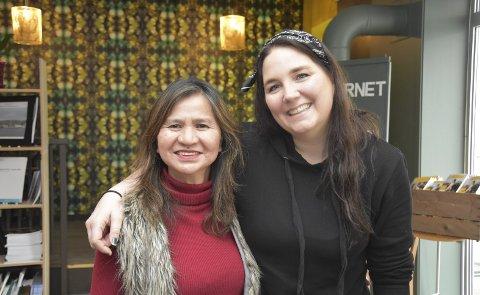 Samarbeid: Lita Kapstad i Kaagapay Filipinos in Norway har allerede sikret seg 14 artister til Svelviks første kulturaften. Her med samarbeidspartner Heidi Hansen i Frivilligsentralen.foto: Emma Huisman Moskvil