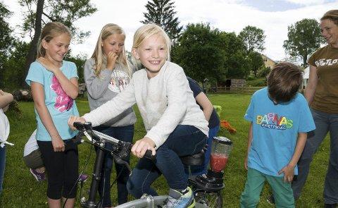 SYKLER EN SMOOTHIE: Kaja sykler seg en miljøvennlig, økologisk smoothie på matskolen på Århus gård. foto: stine solbakken
