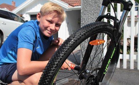Henrik Aske Olstad (13) er blitt oppmuntret av foreldrene til å ta mye av vaskingen og stellet av sykkelen selv, men trenger foreløpig hjelp med noe av vedlikeholdet. Foto: Marte Østmoe