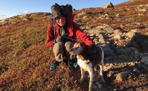 Engelske Colin Ibbotson fant hunden Ask mutters alene på fjellet denne helgen. Nå er hunden trygt hjemme på Røyken igjen. Foto: Privat