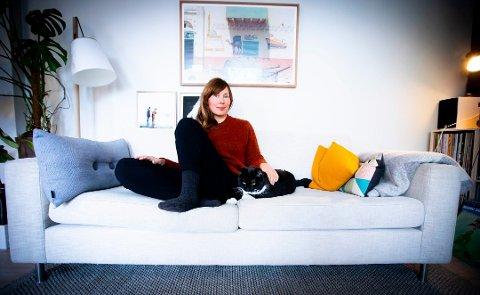 """SKREV BOK OM TiDEN PÅ TIDER: Ellen Sofie Lauritzen har skrevet boka """"Snakkes til uka"""". Lauritzen ble til slutt trist av å bruke datingapper. Foto: Lisbeth Lund Andresen"""