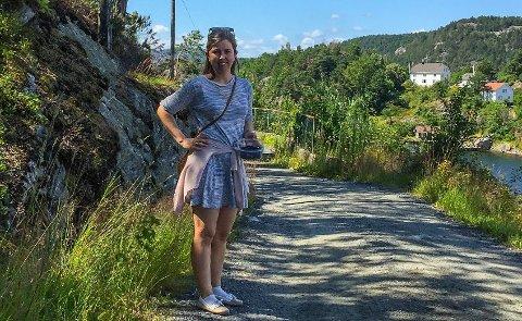 PÅ TUR: Kristine Andresen Solum fra Asker har feriert på familieeiendommen på Tåtøy så lenge hun kan huske. Her er hun avbildet på tur av sin fem år gamle datter. Foto: Privat