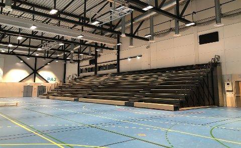TÅLER IKKE: Gulvet som er lagt i den nye hallen tåler ikke vekten av teleskoptribunen.