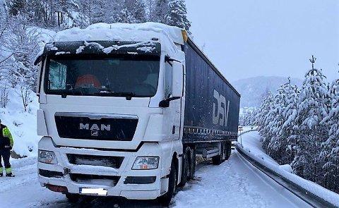 MÅ HA HJELP: Denne lastebilen ved Busnes kommer ikke av flekken, og trenger hjelp av bergingsbil.
