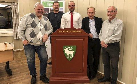 Gikk sammen: Alle partiene i Hjartdal gikk sammen om et budsjett. Her gruppelederne. Fra Venstre Audun Darrud (H), Joar Lofthus (Sp), ordfører Bengt Halvard Odden, Olav Listaul (Ap) og Audun Solberg (KrF).