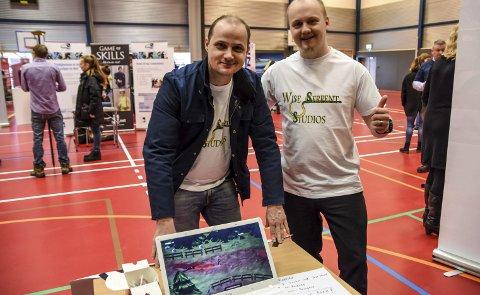 UTVIKLER SPILL: Bjørn Roar Gisnås (t.v.) og Ezekiel Remy Hauge i bedriften Wise Serpent Studioa AS i Notodden utvikler nå et nytt dataspill, et håndtegnet, animert rollespill.