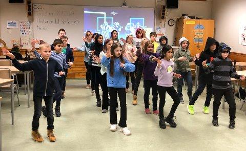 DANS: 4. Klasse godt i gang med dansen sin til Tinnesmoen skoles 50-årsjubileum hvor foreldrene ble budt på en vandreforestilling.