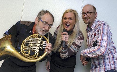 Johnny Solli (til venstre), Hanne Nekstad Groven og Bjørn Atle Solbakk lover tidenes julekonsert i Bremsnes kirke fredag kveld.