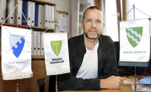 JUBILERER: Kulturskolerektor Torbjørn Larsen inviterer til jubileumsforestilling i Surnadal kulturhus lørdag 17. november.