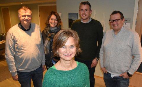 Margrethe Svinvik (foran) er ordførerkandidat for Surnadal Senterparti. På bildet sammen med listekandidatene Bernt Venås, Janne Husby Haugen, Nils Håvar Øyås og Bergsvein Brøske.