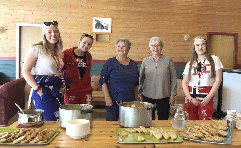 LAPSKAUS: Russene Elise Stensønes (til venstre), Mia Bakken og Guri Glåmen (til høyre) setter stor pris på opplegget med servering av varmmat som Anne Marie Moen og Liv Harang i Sagatun grendehus inviterer til i starten av russefeiringen.