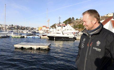 Fornøyd: Vidar Kjønnø er leder i Kristiansund Seilsportklubb. I løpet av våren blir det bygd ei ny flytebrygge i Vågen slik at klubben kan komme i gang med jolleseiling for barn.
