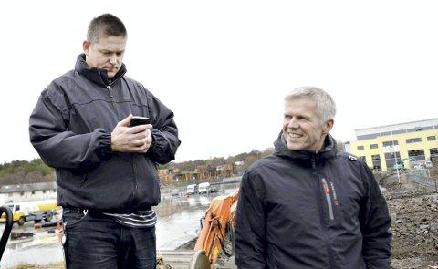 Er spent: Per Inge Storvik i Atlanten Idrettspark og Norodd-leder Ole Birger Ulseth er spent på hva det vil koste å ferdigstille nye Atlanten stadion. Før jul vil prisen på selve banen, tribunebygget og Norodds planlagte klubblokale være klar.