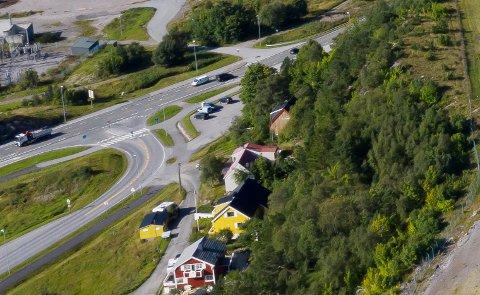 Dette T-krysset skaper uoversiktlige situasjoner når det er mye trafikk på riksvei 70 og fylkesvei 680, som for eksempel når det kommer biler fra ferga i kø fra Seivika. Nå ønsker Kristiansund kommune en rundkjøring her i stedet.