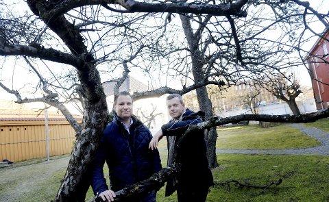 HAGEFEST: Jon Terje Johnsen (til venstre) og Alexander Lorentzen har store sommerplaner for Foynhagen. Foto: Anne Charlotte Schjøll