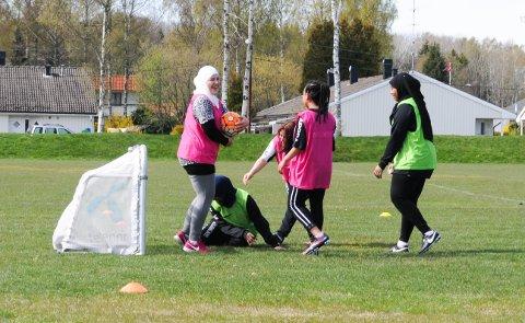 IKKE HENDA! Uansett hvor mye trener Fredriksen roper så glemmer Abeer Ilfih og de andre at det er bare føttene som er lov å bruke. Da gjelder det å ta det med et smil.