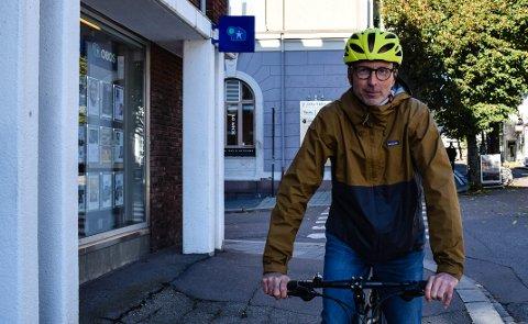 IVRIG SYKLIST: - Det er lett å sykle her, sier Terje Heggem, som råder syklister til å heller sykle i boligstrøk enn å følge bilveiene.