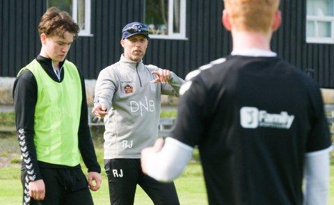 AVLYST: Ronny Johnsen og FK Eik Tønsberg kan sette en tykk rød strek over hele fotballsesongen 2020. – Nå skal vi sørge for et best mulig opplegg for de berørte spillerne, sier han.
