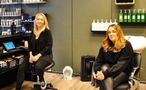 KLARE FOR KUNDER Linn Hege Bjerknes (til venstre) og Shkurte Qyqalla jobber som frisører på 16. og 11. året. Nå åpner de salong sammen.