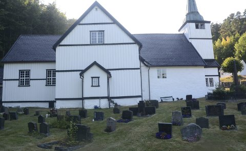 Dypvåg kirkegård: Thora Kollenborg mener folk bør la være å tenne lys på kirkegården når det er veldig tørt i gresset.