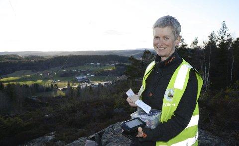 Utsikt: Anne Berit Holmen på toppen av Fianeheia med utsikt over Fiane. Det var akkurat her hun la ut sin første cache (turboks) i 2012. Siden har hun har lagt ut flere hundre slike turbokser som folk kan jakte på i vårt distrikt.Foto: Øystein K. Darbo
