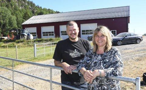 Satser: Medeier Tor Granerud og daglig leder Siri Fossing på Berge gård hvor Bondens valg har etablert seg. Tor Granerud har allerede vært med på å lage pølser i bygningen bakgrunnen. Produksjonslokalet er imidlertid ikke ferdig til omvisning ennå.