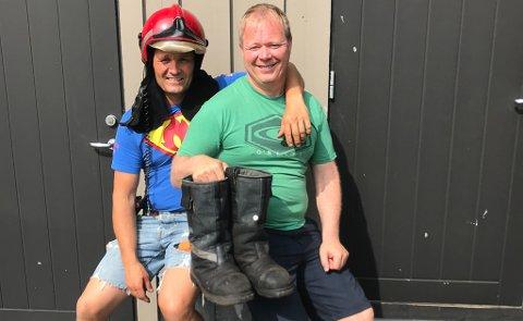 Brannmester Ben David Berås (til venstre) og Utrykningsleder Dag Halvorsen puster lettet ut etter enda et vellykket slokkingsarbeide. De tunge skoa som ble brukt i går måtte med på bildet.