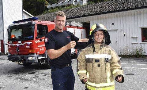 Brannmester i Tvedestrand, Svein Bråthen, er fornøyd med at det kommer to unge damer i brannkorpset. Charlotte Øygarden har fast fått stilling, og vil være med i et vaktlag når hun har gjennomført kursing.Foto: Øystein K. Darbo