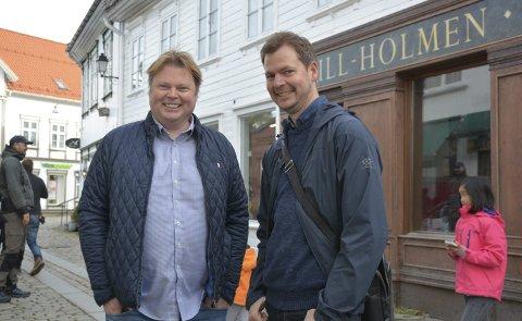 Godt Kjent: Jørn Lier Horst (t.v.) har vært i Tvedestrand en rekke ganger før. Her er han i Hovedgata under innspillingen av Operasjon Mørkemann, sammen med bokillustratør Hans Jørgen Sandnes. Arkivfoto