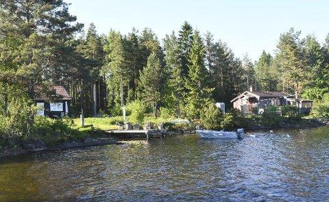 Her er et par av de eldre hyttene som ligger nær vannet ved Nesstranda. Flesteparten av de nye hyttetomtene kommer et stykke bort fra vannet, men totalt i området kan det bli mer enn dobbelt så mange hytter. Arkivfoto